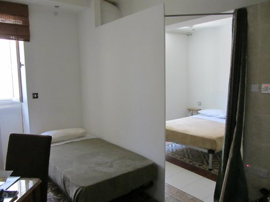Castille Suites: Separación dos zonas dormir