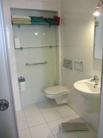 Castille Suites: Baño