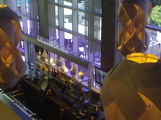 Hyatt Regency Sacramento: Looking down at the indoor side of the Lobby bar