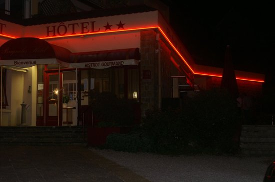 Bagnoles Hotel: entrée de l'hotel