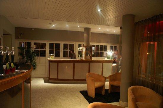 Bagnoles Hotel: vue du de la réception depuis le salon