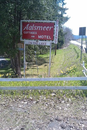 Aalsmeer Motel & Cottages: Welcome sign on the road