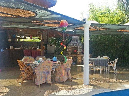 Romantik Villa Dalla : Pool mit Essbereich (Frühstück)