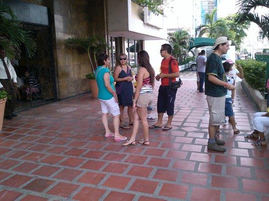 Hotel Cartagena Real: En la entrada del Hotelmi familia