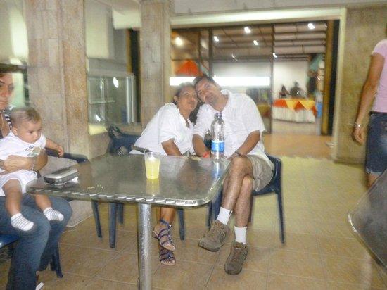 Hotel Cartagena Real: Cerca a la Piscina de descanso, mi esposo y yo ..