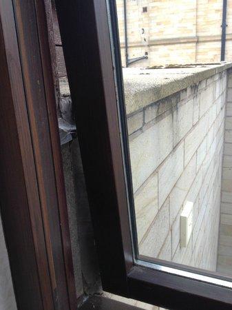 BEST WESTERN Oaks Hotel & Leisure Club: Window Won't Open