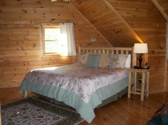 Telliquah Falls Log Cabins: Creekside Melodies- Master Bedroom