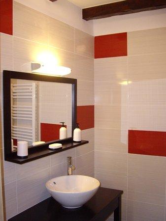 L'Ancienne Poste Avajan: Modern and recently refurbished shower room