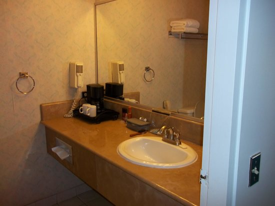 Taormina Hotel and Casino: Bathroom nice vanity space.