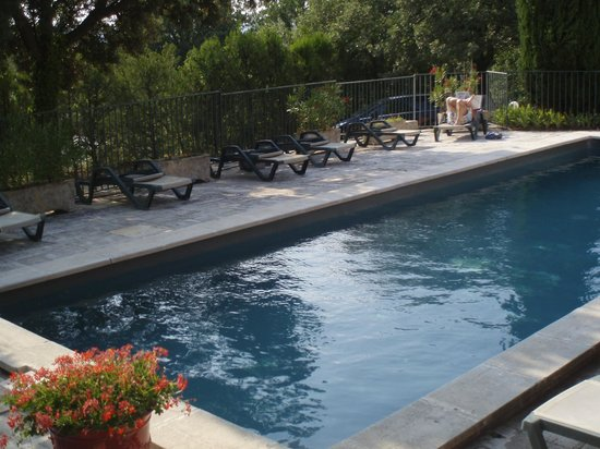 Le Mazet de la Gardy : grande piscine sécurisée