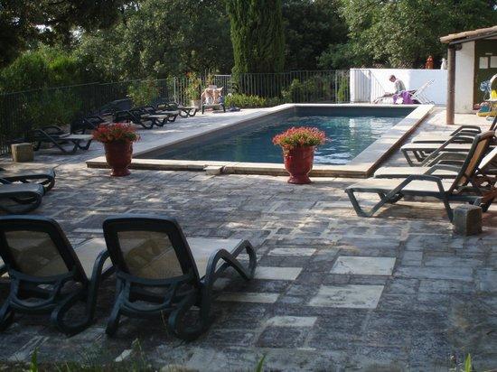 Le Mazet de la Gardy : piscine ( tjrs possibilité de trouver un coin d'ombre)