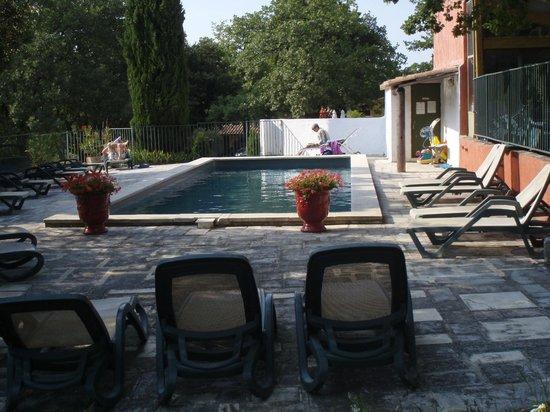 Le Mazet de la Gardy : vue vers l'entrée de la piscine