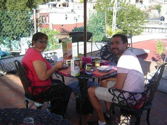 أل سون دي لوس سانتوس - هوستل: El comedor en la terraza