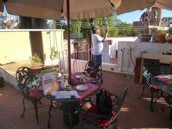 Al Son de los Santos: Parte de la terraza donde se desayuna