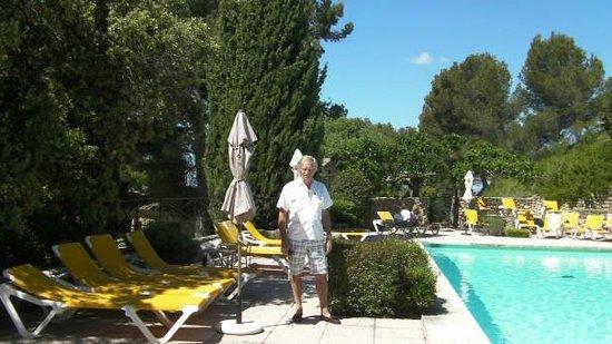 Garrigae Abbaye de Sainte Croix : Heavenly cool of the sparkling pool