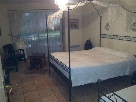 Hotel La Sapiniere : La chambre