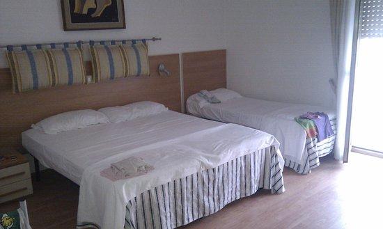 Hotel Corallo: Camera quadrupla con parquet e televisore lcd hd