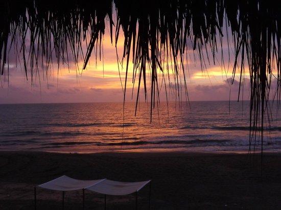 Kohsamui Hotel De Mar : Por do sol na praia, a areia é escura, mas reflete o sol