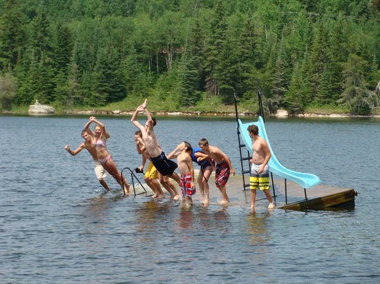 Rainbow Point Lodge: Fun on the swim raft