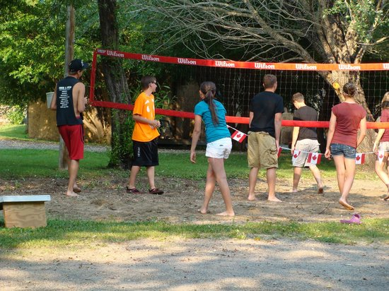 Rainbow Point Lodge: Kids playing volleyball