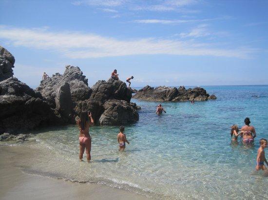 Grotticelle beach: scorcio sugli scogli della spiaggia più a destra