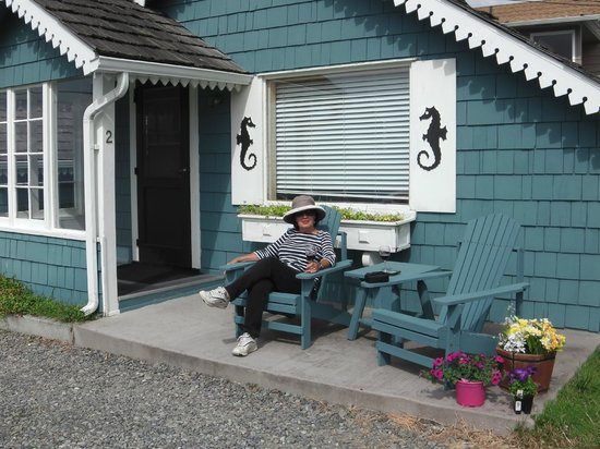 Juan de Fuca Cottages: Visitor enjoying view from Cabin