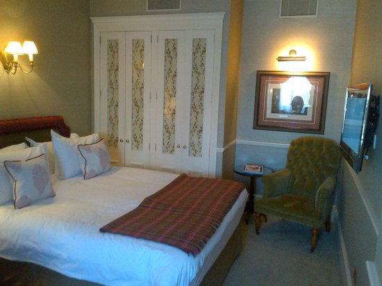 The Stafford London: King size bed com diversos travesseiros