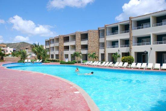 Hotel Kokobay: Zona de piscina y vista  a las habitaciones