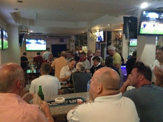 The I-Rovers Sports Bar, Restaurant & Guest House: The bar area during the Wallabies/Lions game.