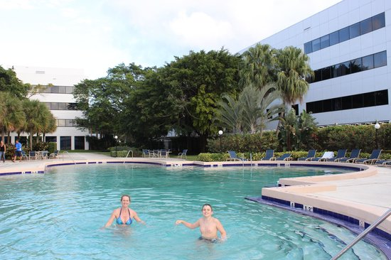 Sheraton Fort Lauderdale Airport & Cruise Port: Piscina e pátio