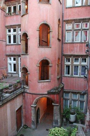 Les Demeures de Morphee: レンガ色の古い塔