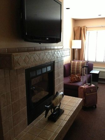 Mariposa Inn and Suites: Gas Fireplace, Large Flat Screen TV And Sofa.