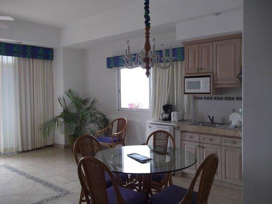 The Inn at Mazatlan: el comedor muy bonito, hasta una planta natural.