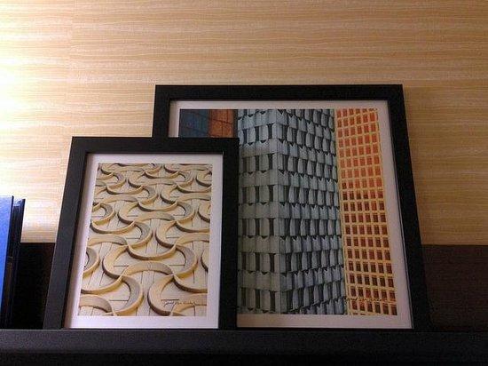 Fairfield Inn & Suites Hershey Chocolate Avenue: modern art in the room