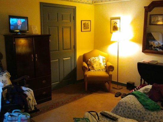Colonial House Inn: Room was tidy, but could have been cleaner
