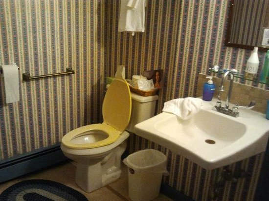 Colonial House Inn: Bathroom was ok, but could be cleaner