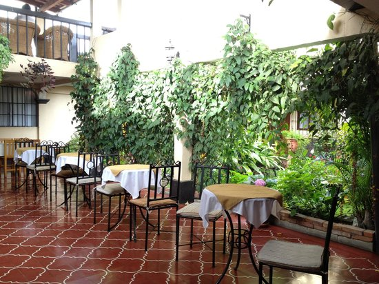 Hotel Las Camelias Inn : Downstairs Dining w/ Courtyard View