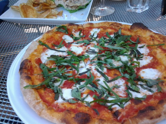 Bentwood Tavern: Wood-fired pizza
