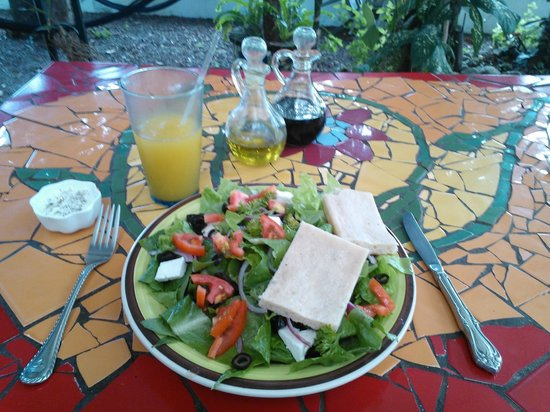 La Buena Vida: Deliciosa ensalada griega con un jugo de maracuyá