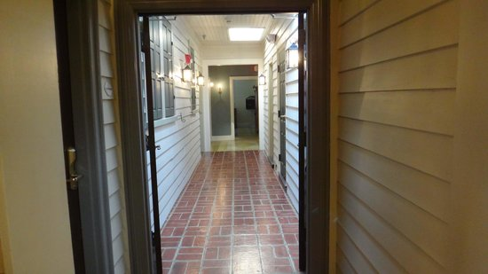 Fife & Drum Inn: Hallway to rooms
