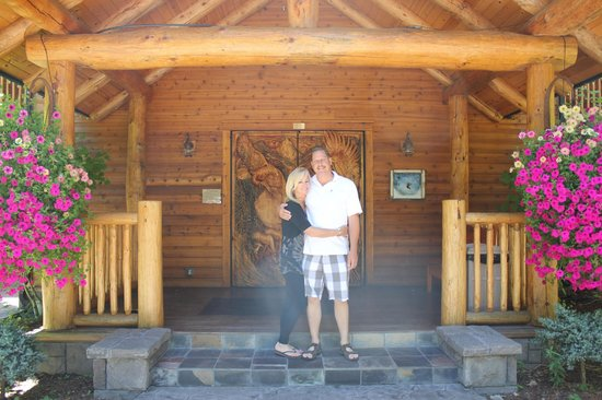 The Lodge at Suttle Lake: At the front door