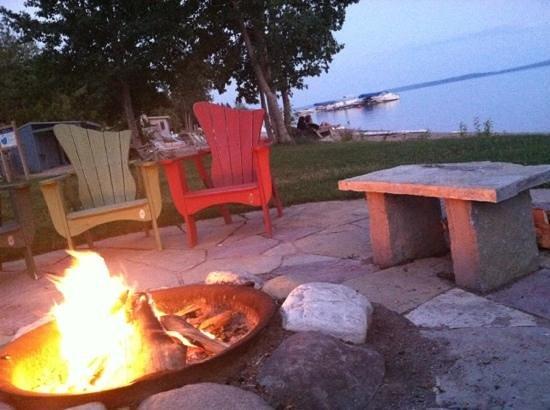 Chimney Corners Resort: bonfire pit near the beach