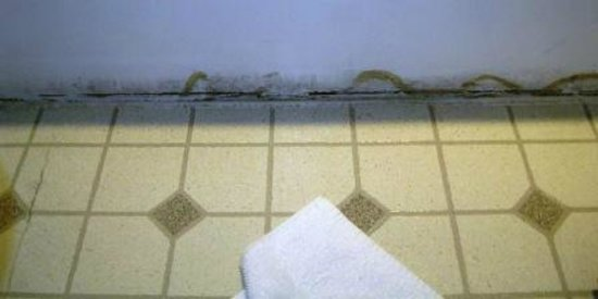 FairBridge Inn & Suites And Outlaw Convention Center : Water stains outside the tub