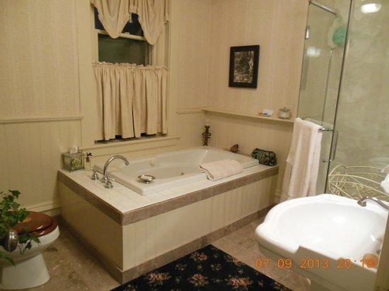 England House B&B: Large bathroom in Star Gazer Room