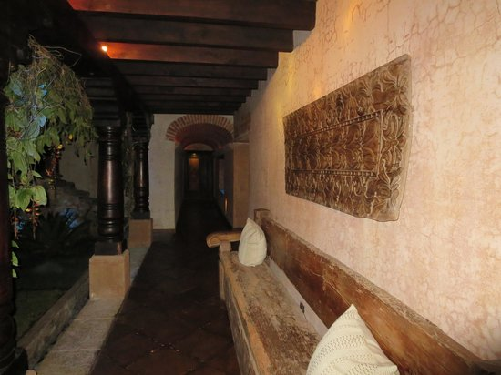 El Convento Boutique Hotel: Main Hall to rooms