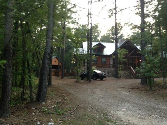Beavers Bend Log Cabins : another fellow neighbor in paradise