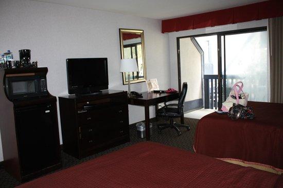 Carlsbad by the Sea Resort: TV, balcony & desk area
