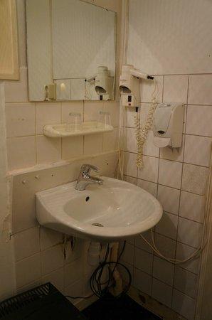 Flower Market Hotel: Sanitaires dans la chambre...
