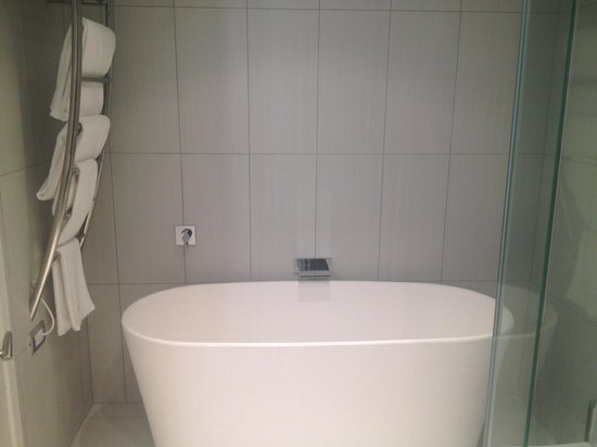 Black Swan Lakeside Boutique Hotel: Huge soaking tub