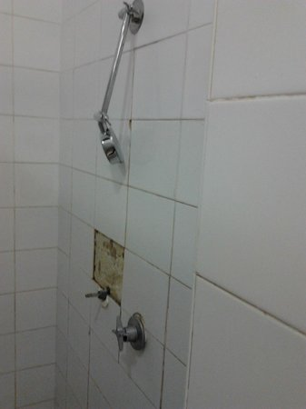 Elephant Backpacker: Broken shower (one of many)